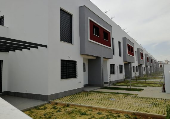 Construcción de 38 viviendas unifamiliares con solarium y piscina privada en Camas (Sevilla)